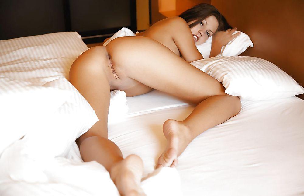 голая красивая телочка в постели фото